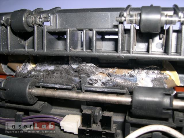 O plastico do acetado ficou fundido com o rolo fusor