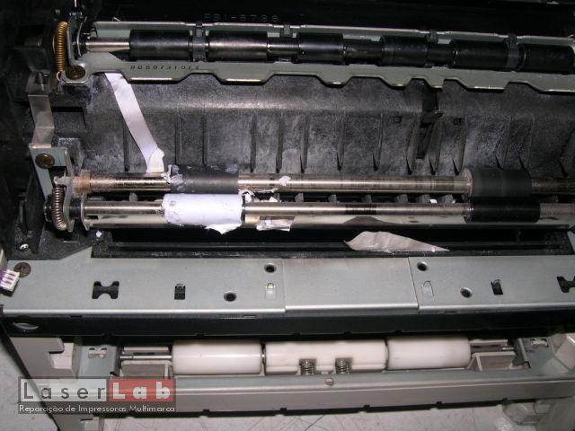 Etiquetas (bem) enroladas no mecanismo de entrada de papel de uma LJ4000.