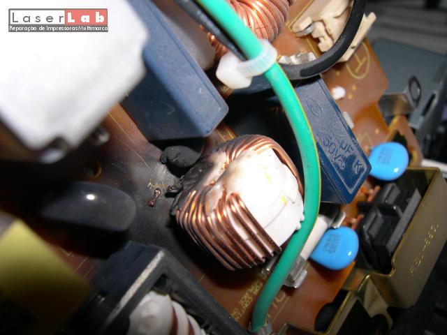 Queimadura de uma fonte de alimentação de uma HP LJ4000 após uma trovoada.