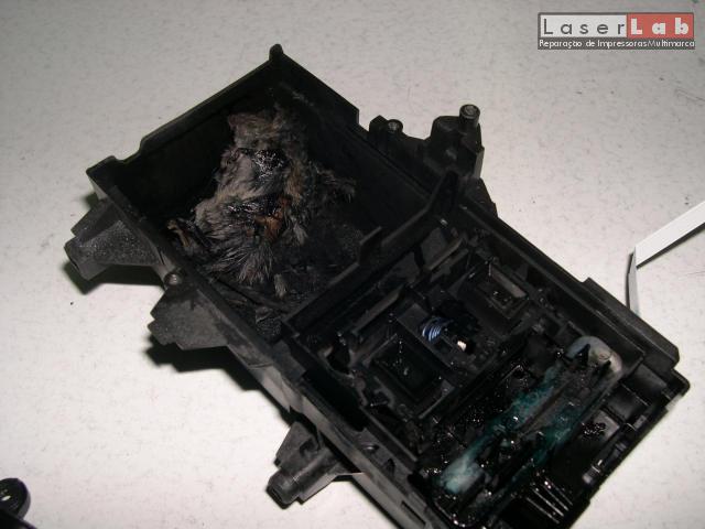 MATARAM O MAQUENISTA da impressora! Deixou-se dormir e o mecanismo de limpeza da cabeça de uma Jacto de tinta HP passou-o por cima...