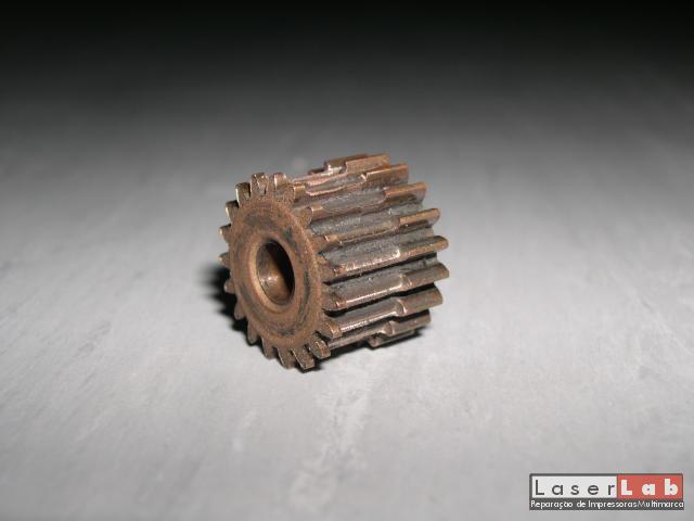 Roda dentada de um fusor de uma HP LJ4 com elevado desgaste. De notar que é de cobre e a impressora ainda conseguia imprimir bem. Já não se fazem impressoras como antigamente...